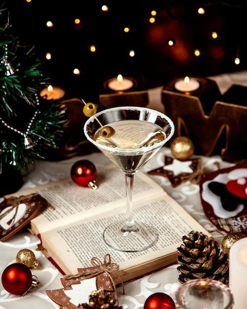 Martini Podawane Z Solą I Oliwkami Na Wierzchu Darmowe Zdjęcia