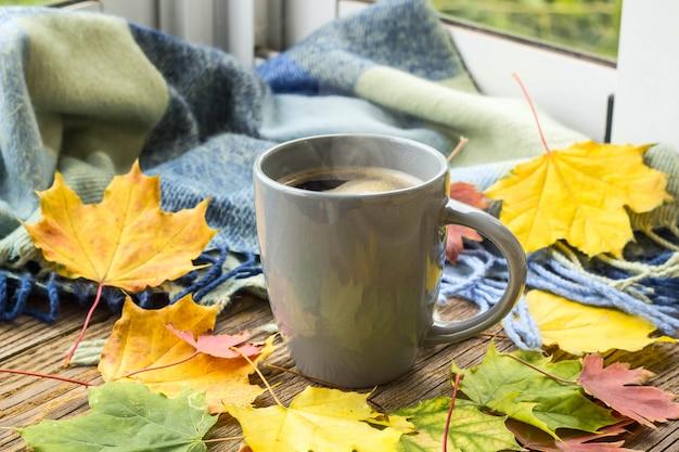 Martwa natura filiżanka kawy i jesienne liście w kratę Premium Zdjęcia