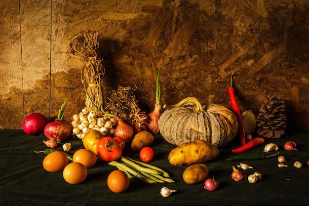Martwa Natura Fotografia Z Dyni, Przyprawy, Zioła, Warzywa I Owoce. Premium Zdjęcia