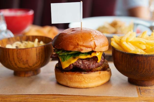 Martwa natura z burgerowym menu fast food i frytkami Premium Zdjęcia