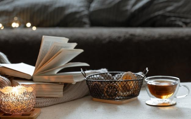 Martwa Natura Z Filiżanką Herbaty, Książkami I Płonącą świecą W Pięknym świeczniku. Koncepcja Komfortu W Domu. Darmowe Zdjęcia