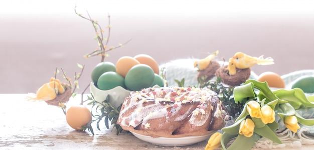 Martwa Natura Z Wielkanocnym Ciastem I Kolorowymi Jajkami Darmowe Zdjęcia