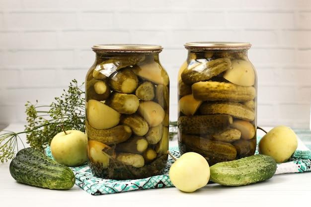 Marynowane Ogórki Z Jabłkami W Słoikach Są Ułożone Na Białym Tle Premium Zdjęcia