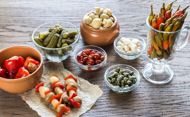 Marynowane Warzywa Na Drewnianej Powierzchni Premium Zdjęcia