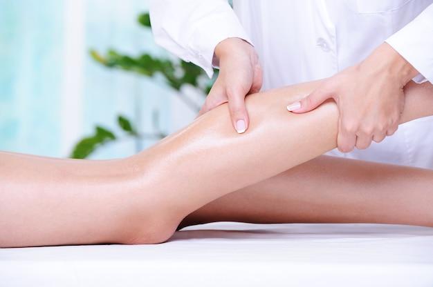 Masaż Leczniczy Kobiecej Pięknej Nogi Wykonywany Przez Kosmetyczkę W Salonie Spa Darmowe Zdjęcia