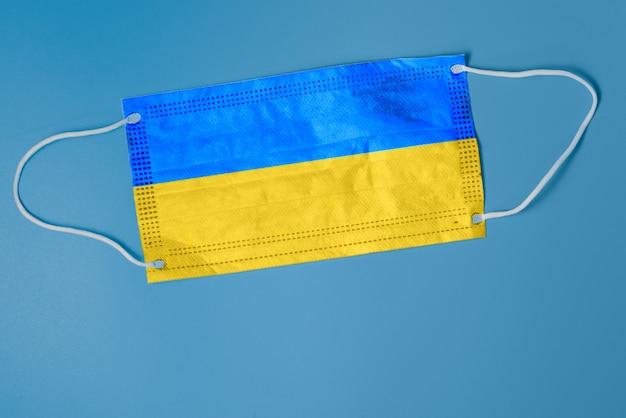 Maska Na Twarz Z Flagą Narodową Ukrainy. Koncepcja Problemów Opieki Zdrowotnej. Koncepcja Chirurgii I Zwalczanie Koronawirusa Na Ukrainie. Koncepcja Koronawirusa Covid-19 Premium Zdjęcia