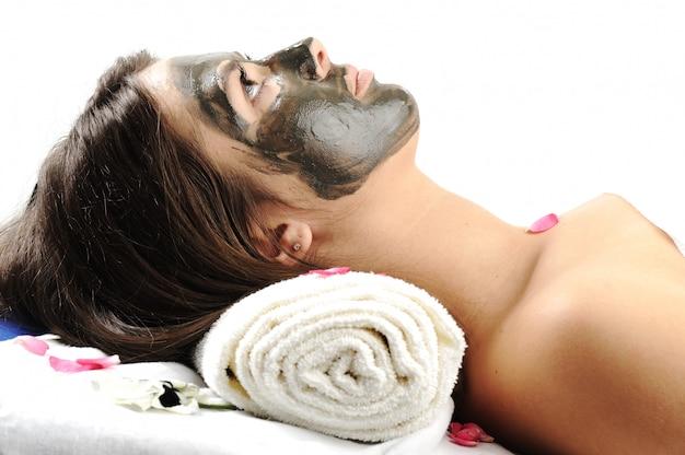 Maska z błotem morskim na twarzy kobiety Premium Zdjęcia