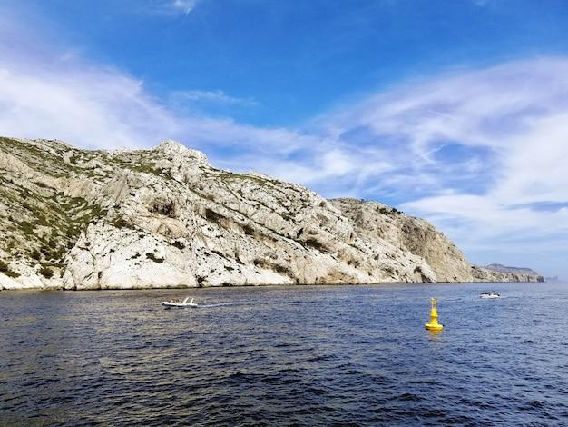 Massif Des Calanques Otoczony Morzem Pod Błękitnym Niebem I światłem Słonecznym W Marsylii We Francji Darmowe Zdjęcia