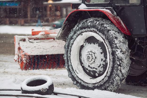 Maszyna do śniegu czyści śnieg w mieście. Premium Zdjęcia