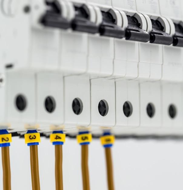 Maszyny Elektryczne, Przełączniki, Izolowane Na Białym Tle, Zbliżenie, Podłącz Kabel Znacznika Do Urządzenia Darmowe Zdjęcia