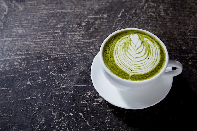 Matcha tea latte on black table Premium Zdjęcia