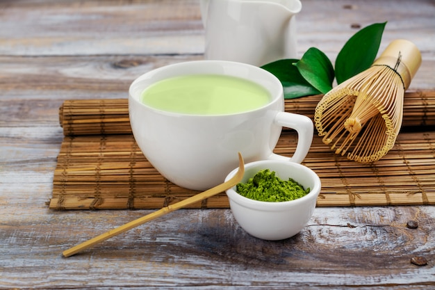 Matcha zielona herbata latte w filiżance Premium Zdjęcia