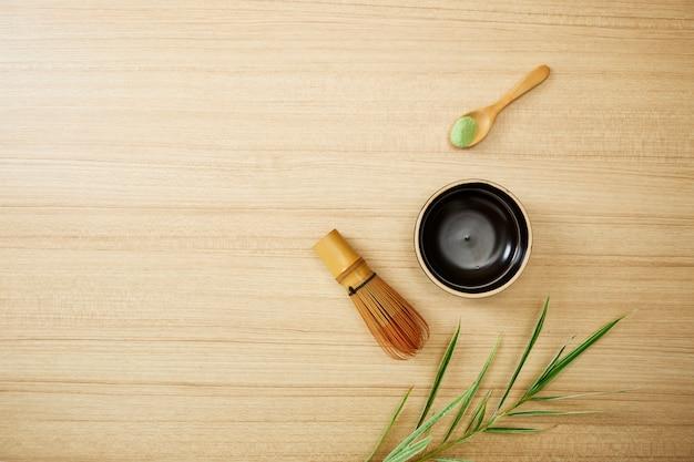 Matcha zielona herbata na drewnianym tle Premium Zdjęcia