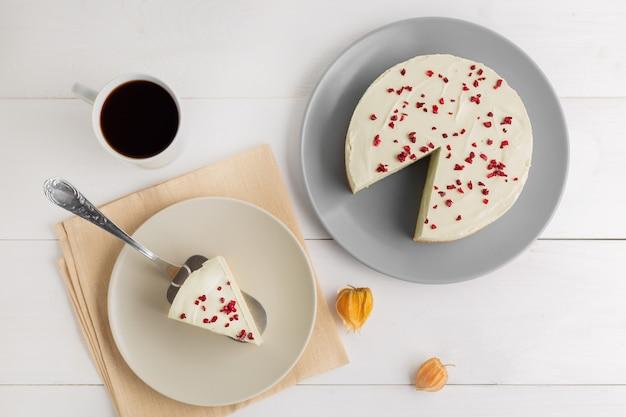 Matcha Zielonej Herbaty Cheesecake Na Białym Tle Premium Zdjęcia