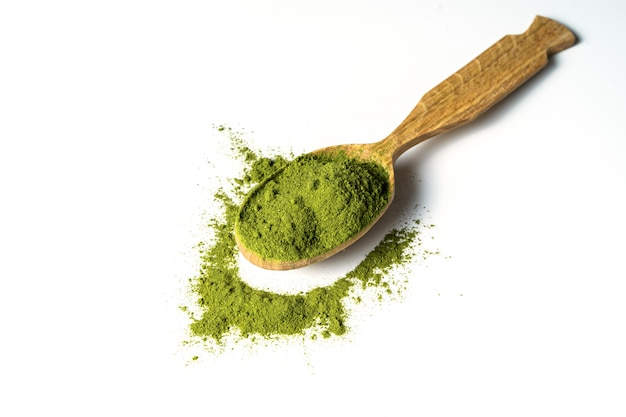 Matcha Zielony Proszek W Drewnianej łyżce Odizolowywającej Premium Zdjęcia