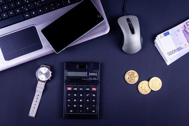 Materiały Biurowe I Monety Bitcoin W Obszarze Roboczym, Widok Z Góry Premium Zdjęcia
