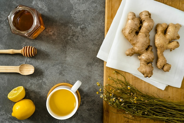 Materiały Do Przygotowania Imbirowej Herbaty Z Miodem I Pyłkiem Premium Zdjęcia