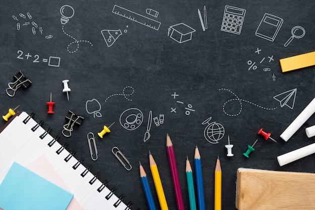 Materiały na blackboard tle Premium Zdjęcia