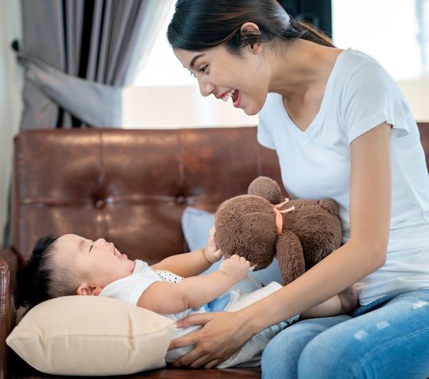 Matka Bawi Się Z Dzieckiem Przez Misia Premium Zdjęcia