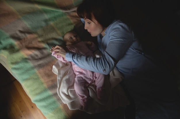 Matka Bawi Się Z Dzieckiem W Sypialni Darmowe Zdjęcia