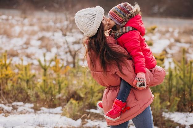 Matka Całuje Córeczkę W Lesie Zimą Darmowe Zdjęcia