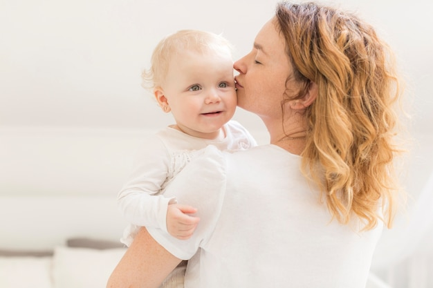 Matka Całuje Jej Cute Córeczkę Darmowe Zdjęcia