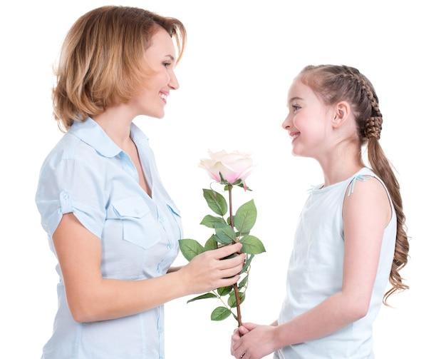 Matka Daje Białą Różę Swojej Córeczce - Odizolowane Darmowe Zdjęcia