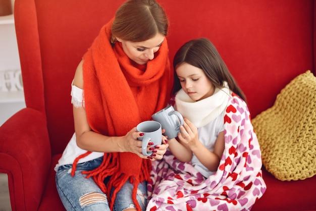 Matka Daje Swojej Chorej Córce Gorącą Herbatę Darmowe Zdjęcia