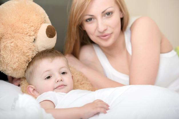 Matka Gra Z Małym Dzieckiem W Domu. Premium Zdjęcia