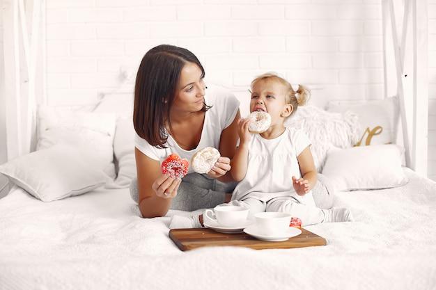 Matka I Córeczka Jedzą śniadanie W Domu Darmowe Zdjęcia