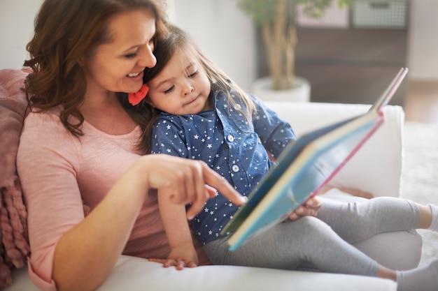 Matka i córka czytając książkę Darmowe Zdjęcia