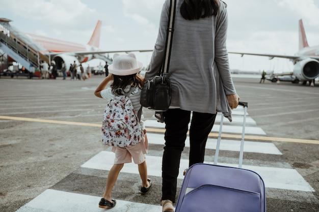 Matka I Córka łączą Ręce Z Walizką Premium Zdjęcia