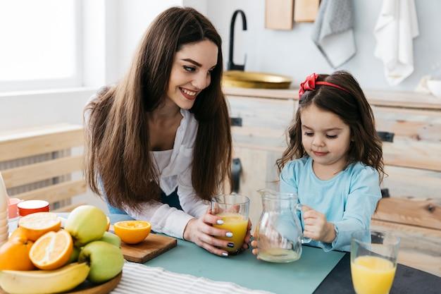 Matka I Córka Ma śniadanie Darmowe Zdjęcia
