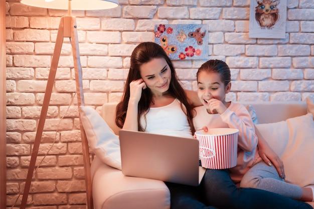 Matka I Córka Ogląda Filmy I Je Popcorn. Premium Zdjęcia