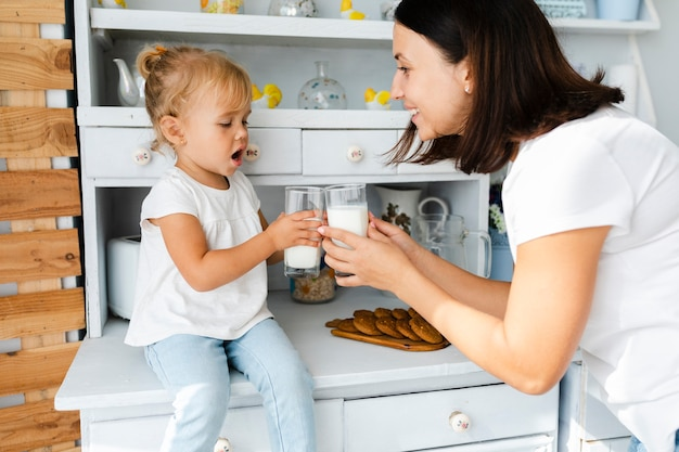 Matka i córka pije mleko Darmowe Zdjęcia