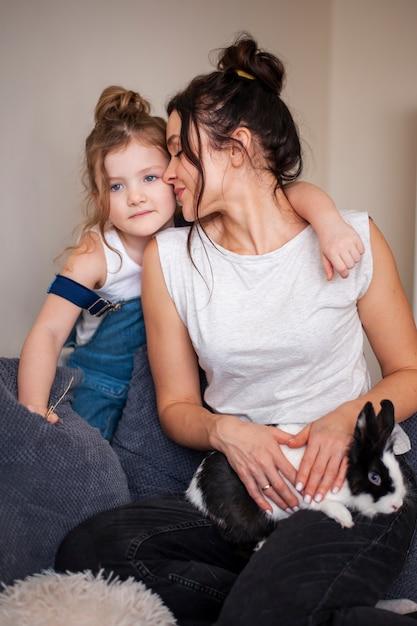 Matka I Córka Pozuje Wraz Z Królikiem Darmowe Zdjęcia