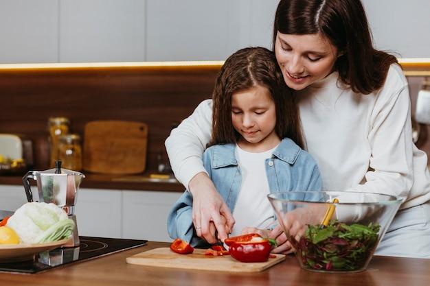 Matka I Córka Przygotowywanie Potraw W Kuchni Darmowe Zdjęcia