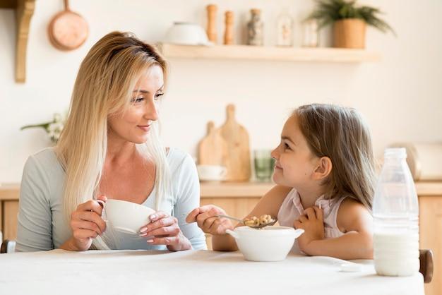 Matka I Córka Razem Jedzą śniadanie Darmowe Zdjęcia