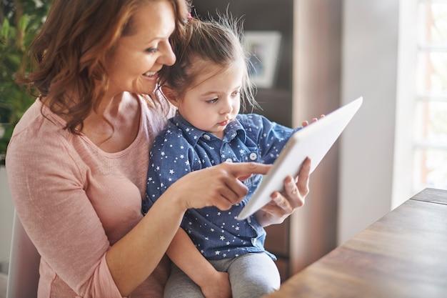 Matka I Córka Razem Oglądają Filmy Darmowe Zdjęcia