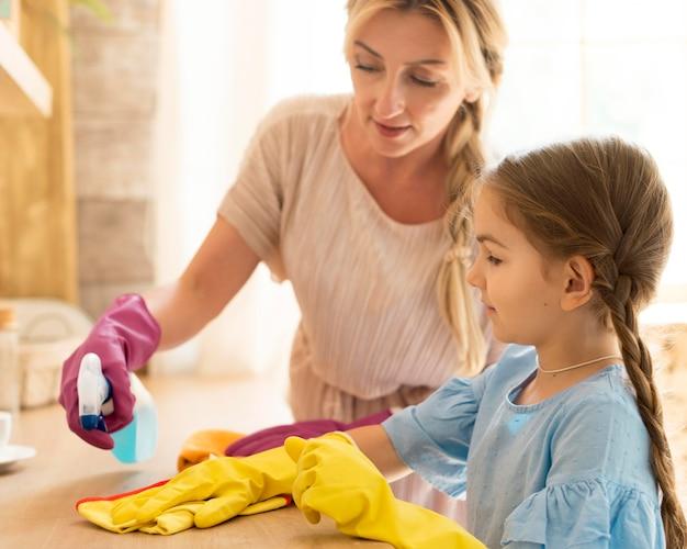 Matka I Córka Razem Sprzątają Dom Darmowe Zdjęcia