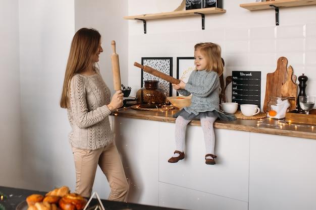 Matka i córka szczęśliwa rodzina w kuchni Premium Zdjęcia
