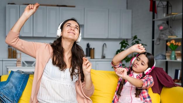 Matka I Córka, Taniec I Słuchanie Muzyki Darmowe Zdjęcia
