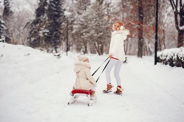 Matka i córka w winter park Darmowe Zdjęcia