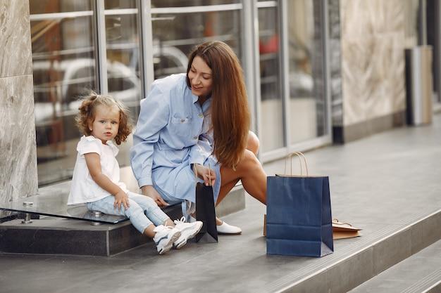 Matka i córka z torba na zakupy w mieście Darmowe Zdjęcia