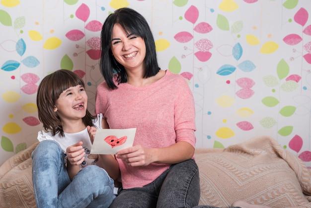 Matka i córka z życzeniami śmiejąc się Darmowe Zdjęcia