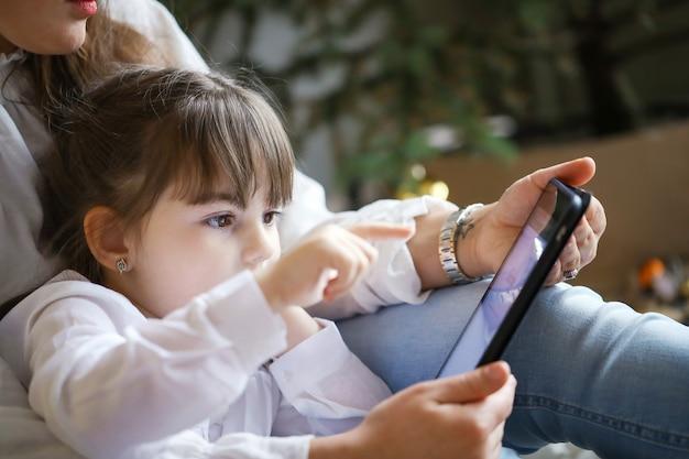 Matka I Córka Za Pomocą Tabletu Darmowe Zdjęcia