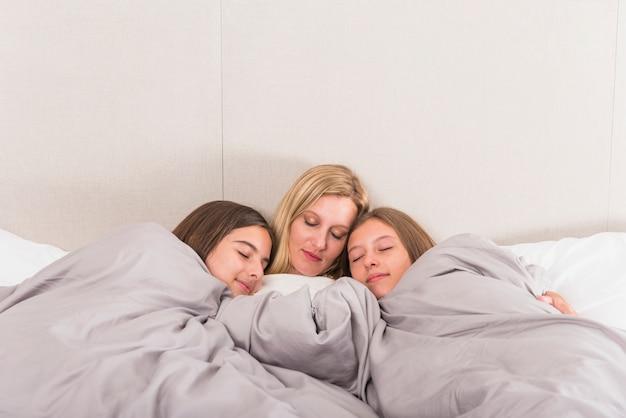 Matka I Dwa śliczne Córki śpi W łóżku Darmowe Zdjęcia