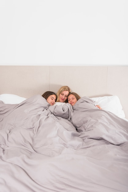 Matka I Dwie Córki, Spanie W łóżku Darmowe Zdjęcia