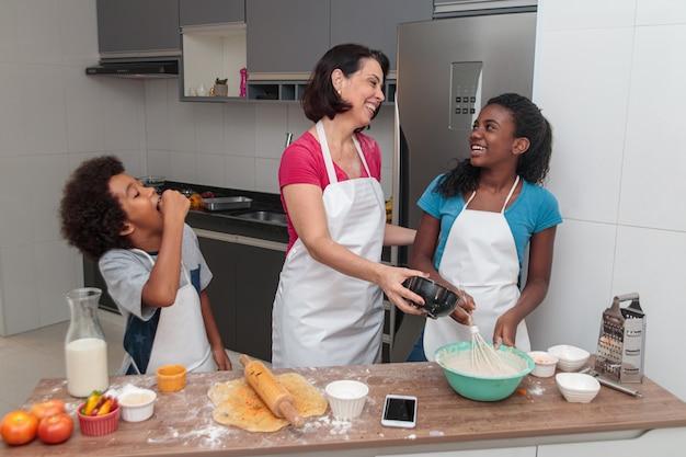 Matka I Dzieci Przygotowują Razem Obiad W Kuchni Premium Zdjęcia