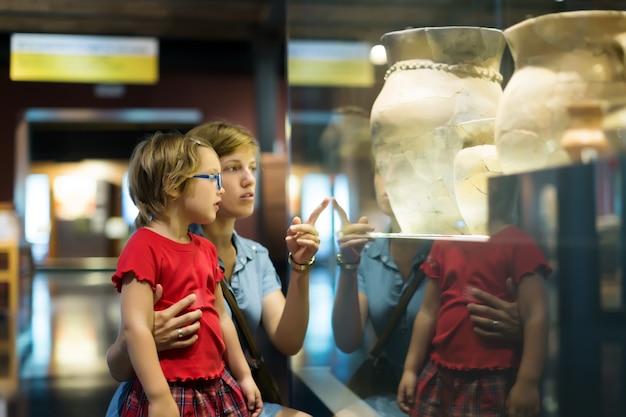 Matka I Dziecko Szuka Starych Amhores W Muzeum Darmowe Zdjęcia
